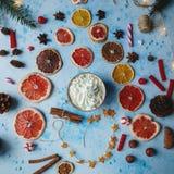 Domowej roboty kakao lub gorąca czekolada, wysuszone pomarańcze, jedlinowy drzewo, cynamon, cukierki na błękicie betonujemy tło obraz royalty free