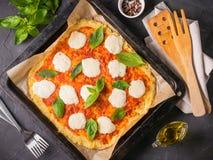 Domowej roboty kalafiorowa pizzy skorupa z mozarella Obrazy Stock