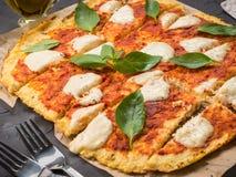 Domowej roboty kalafiorowa pizzy skorupa z mozarella zdjęcie stock