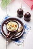 Domowej roboty kalafiorowa polewka w brown pucharze Obrazy Royalty Free