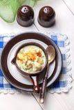 Domowej roboty kalafiorowa polewka w brown pucharze Fotografia Stock