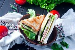 Domowej roboty kanapka z sałatką i sokiem jako zdrowy śniadanie obrazy stock
