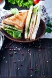 Domowej roboty kanapka z sałatką i sokiem jako zdrowy śniadanie zdjęcia royalty free