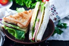 Domowej roboty kanapka z sałatką i sokiem jako zdrowy śniadanie zdjęcie royalty free