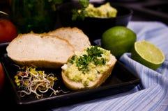Domowej roboty kanapki z jajkami i mangowym łbem Zdjęcie Stock