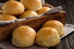 Domowej roboty kartoflane chlebowe rolki na drewnianej tacy Zdjęcia Stock