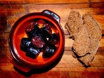 Domowej roboty kiełbasy w brown garnka superalloy z chlebem Zdjęcia Stock