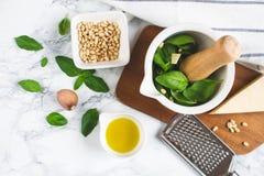 Domowej roboty klasyk zieleni Pesto kumberland wewnątrz Podczas gdy puchar z Sosnowych dokrętek Parmezańskiego sera czosnku oliwą zdjęcia stock
