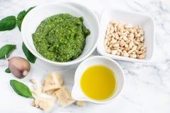 Domowej roboty klasyk zieleni Pesto kumberland wewnątrz Podczas gdy puchar z Sosnowych dokrętek Parmezańskiego sera czosnku oliwą obraz stock