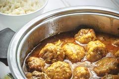 Domowej roboty klopsiki w curry'ego kumberlandzie i białych ryż Zdjęcie Royalty Free