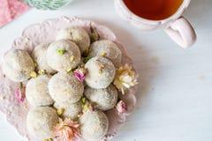 Domowej roboty kokosowe piłki dekorować z małymi różowymi kwiatami Fotografia Stock