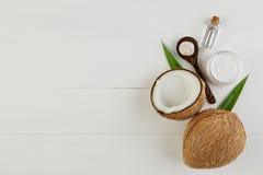 Domowej roboty kokosowi produkty na białym drewnianym stołowym tle Olej, Obrazy Royalty Free