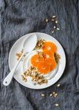 Domowej roboty kokosowy jogurt z granola i tangerines na popielatym tle Gluten uwalnia obrazy stock