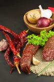 Domowej roboty korzenna pieprzowa kiełbasa Domowej roboty nieociosane kiełbasy i chili Ostry tradycyjny jedzenie Tradycyjne masar Obraz Stock