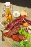 Domowej roboty korzenna pieprzowa kiełbasa Domowej roboty nieociosane kiełbasy i chili Ostry tradycyjny jedzenie Tradycyjne masar Fotografia Royalty Free