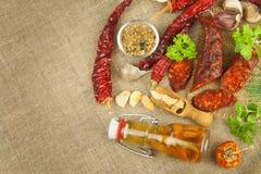 Domowej roboty korzenna pieprzowa kiełbasa Domowej roboty nieociosane kiełbasy i chili Ostry tradycyjny jedzenie Tradycyjne masar Fotografia Stock