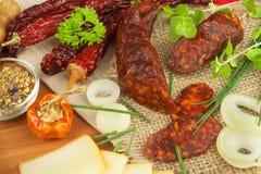 Domowej roboty korzenna pieprzowa kiełbasa z serem Domowej roboty nieociosane kiełbasy i chili Ostry tradycyjny jedzenie Tradycyj Obrazy Stock