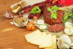 Domowej roboty korzenna pieprzowa kiełbasa z serem Domowej roboty nieociosane kiełbasy i chili Ostry tradycyjny jedzenie Tradycyj Obraz Stock