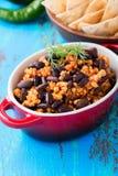 Domowej roboty korzenny gulasz z chili pieprzami, mięsem i cynaderki fasolami, Obraz Stock