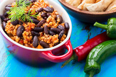 Domowej roboty korzenny gulasz z chili pieprzami, mięsem i cynaderki fasolami, Zdjęcie Royalty Free