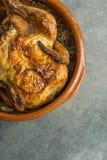 Domowej roboty kraju stylu rancho Przypalający Cały Piec Crispy Organicznie kurczak Piec w Earthenware formie z cebulami Zmroku k Obrazy Stock