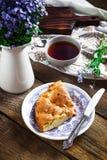Domowej roboty kulebiak na rocznik herbacie i talerzu obraz royalty free