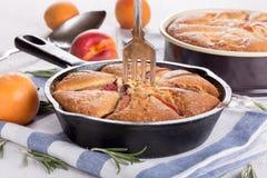Domowej roboty kulebiak z brzoskwiniami, morelami i rozmarynami, obraz stock