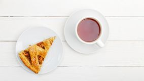 Domowej roboty kulebiak z jab?kami, cynamon i fili?anka herbata obrazy royalty free
