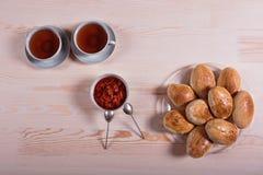 Domowej roboty kulebiak z truskawkowym dżemem na różowym tle Obraz Royalty Free