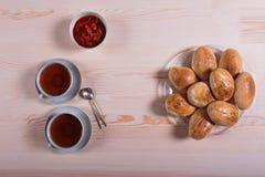 Domowej roboty kulebiak z truskawkowym dżemem na różowym tle Zdjęcie Stock