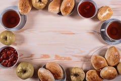 Domowej roboty kulebiak z truskawkowym dżemem na różowym tle Zdjęcie Royalty Free