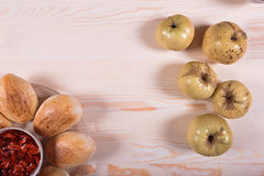 Domowej roboty kulebiak z truskawkowym dżemem na różowym tle Fotografia Stock