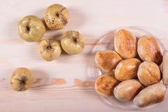 Domowej roboty kulebiak z truskawkowym dżemem na różowym tle Obraz Stock