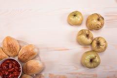 Domowej roboty kulebiak z truskawkowym dżemem na różowym tle Obrazy Royalty Free