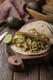 Domowej roboty kurczaka udo piec na grillu, świeży avocado w tortilla zdjęcia stock