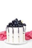 Domowej roboty kwaśnej śmietanki tort dekorował z winogronami i lawendą na białym drewnianym tle Zdjęcie Royalty Free