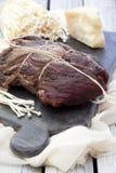 Domowej roboty leczący mięso Capocollo Wysuszona lecząca wieprzowina Coppa pokrajać na kawałkach Starzejący się wieprzowiny mięso fotografia stock
