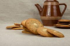 Domowej roboty macaroons round i brown ceramiczny kawowy garnek Obrazy Stock