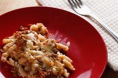 Domowej roboty makaron z mięsem, serem i pomidorem, obrazy stock