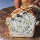 Domowej roboty makowy ziarno splatał chleb, selekcyjna ostrość wianek Krajowi ciasta Zdjęcia Royalty Free