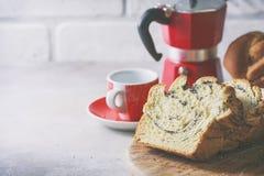 Domowej roboty makowy ziarno splatał chleb, selekcyjna ostrość wianek Krajowi ciasta Obraz Royalty Free