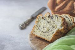 Domowej roboty makowy ziarno splatał chleb, selekcyjna ostrość wianek Krajowi ciasta Obrazy Royalty Free
