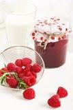Domowej roboty malinowy dżem z jagodą i mlekiem dla śniadania na whit Zdjęcia Royalty Free