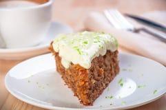 Domowej roboty marchwianego torta deser na białym talerzu Fotografia Royalty Free