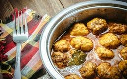 Domowej roboty Mięsne piłki w pomidoru i curry'ego kumberlandzie na drewnianym backgrou Fotografia Stock