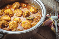 Domowej roboty Mięsne piłki w pomidoru i curry'ego kumberlandzie na drewnianym tle Zdjęcie Royalty Free