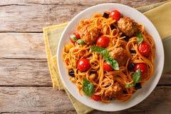 Domowej roboty mięsne piłki z spaghetti, aubergines i pomidorów clos, Zdjęcia Royalty Free