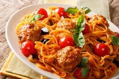 Domowej roboty mięsne piłki z spaghetti, aubergines i pomidorów clos, Zdjęcia Stock