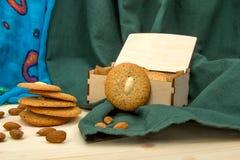 Domowej roboty migdałowi ciastka i migdały na drewnianym stole Zdjęcia Royalty Free