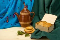 Domowej roboty migdałowi ciastka i brown ceramiczny kawowy garnek Obraz Stock